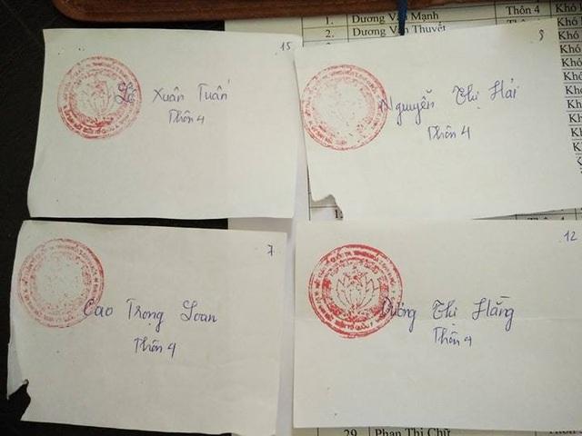 Bà Dương Thị Hằng- vợ Trưởng thôn 4 trong danh sách nhận quà