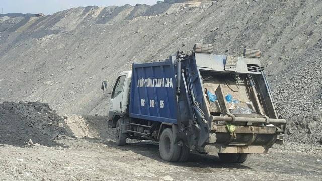 Những chiếc xe đổ rác trái phép bị công an tạm giữ (ảnh CTV)