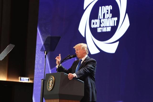 Tổng thống Mỹ Donald Trump phát biểu tại Hội nghị Thượng đỉnh Kinh doanh APEC (Ảnh: Lê Hoàng)