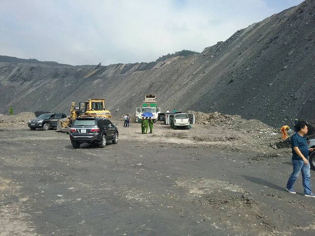 Khu vực lực lượng Cảnh sát Môi trường phát hiện đơn vị đổ rác trái phép vào khai trường (ảnh CTV)