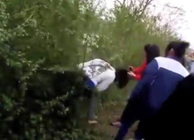 Hình ảnh nữ sinh bị đánh hội đồng (Ảnh cắt từ clip)