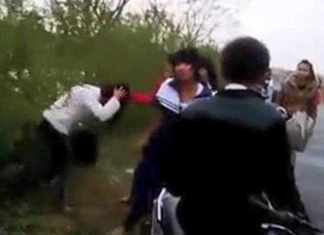 Nam sinh đứng nhìn nữ sinh bị đánh hội đồng