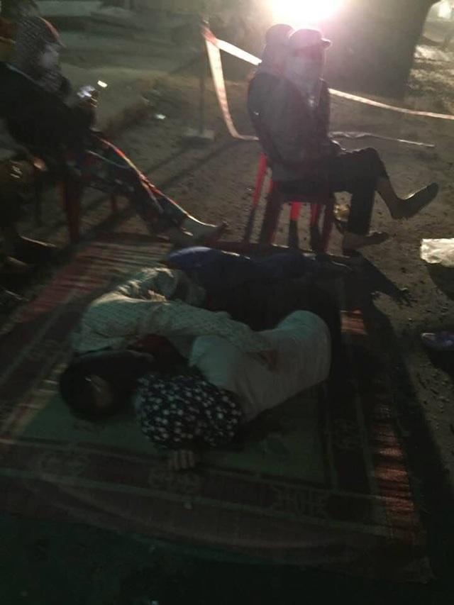 Thậm chí đêm còn nằm ra giữa đường để phản đối nhà thầu thi công (ảnh người dân cung cấp)