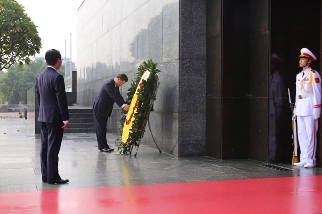 Tổng Bí thư - Chủ tịch Trung Quốc Tập Cận Bình vào Lăng đặt vòng hoa viếng Chủ tịch Hồ Chí Minh. (Ảnh: Hữu Nghị)