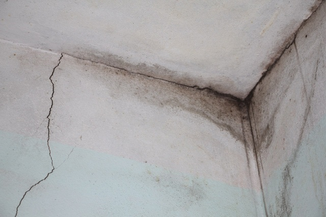 Dân tố nhà thầu thi công gây nứt cổ trần khiến nhà bị dột.