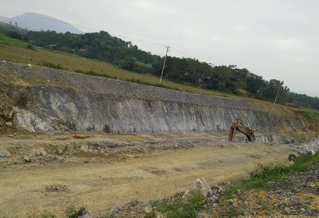 Trong quá trình thi công kênh phải tiến hành nổ mìn phá đá, làm ảnh hưởng đến tài sản, vật kiến trúc của nhân dân trong khu vực