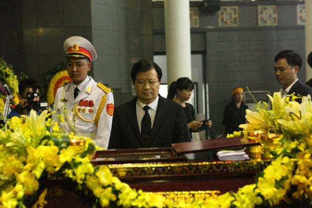 ... và Phó Thủ tướng Trịnh Đình Dũng cùng đến viếng.