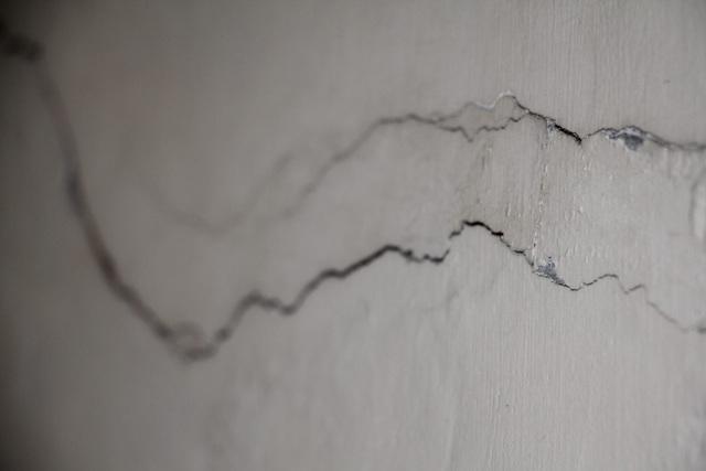 Tường nhà người dân bị đứt ngang, dọc
