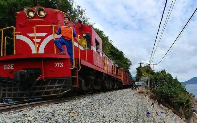 Tuyến đường sắt Bắc - Nam được thông sau 10 ngày tê liệt vì bão
