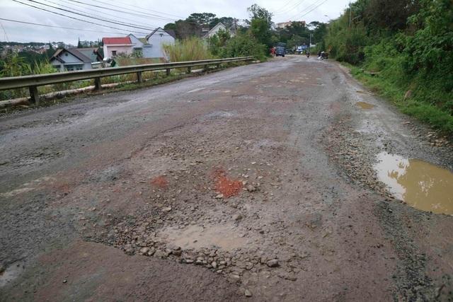 Nhiều đoạn mặt đường không còn đảm bảo độ an toàn