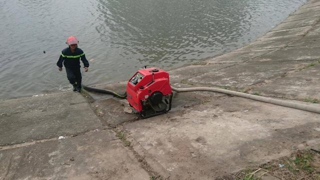 Lực lượng chữa cháy hút nước từ hồ Linh Đàm dập lửa.