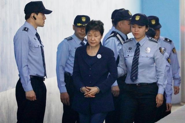 Cựu Tổng thống Park Geun-hye bị áp giải tới tòa ở Seoul hồi tháng 3 (Ảnh: New York Times)