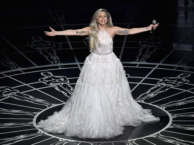 Sau đó, Gaga bước lên sân khấu biểu diễn với một phong cách nữ tính không ngờ. Những hình xăm giả trở thành chi tiết trang trí phá cách.