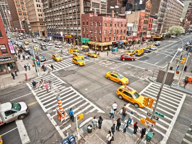 """Thành phố New York - thành phố có mật độ dân cư đông đúc nhất nước Mỹ. Mặc dù đối với người dân Mỹ, khi đặt chân tới New York, họ có thể cảm thấy choáng ngợp bởi sự đông đúc, hối hả của đời sống nơi thành phố """"trái táo lớn"""", nhưng thực tế, những điều này vẫn chưa là gì khi so sánh với những thành phố có mật độ dân cư đông nhất thế giới mà bạn sẽ thấy dưới đây."""