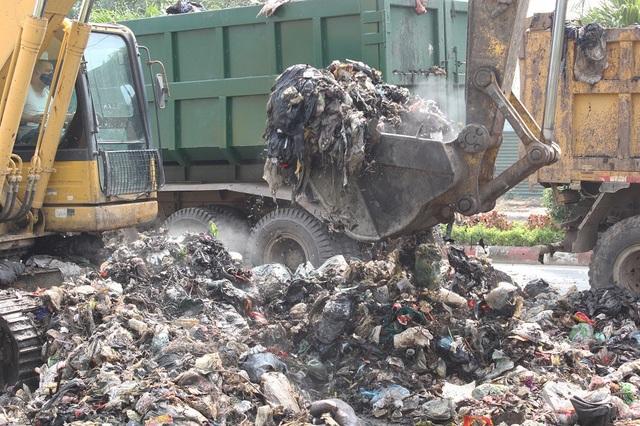 """""""Núi rác"""" ở Hà Nội được thu dọn sau 4 tháng ứ đọng - 5"""