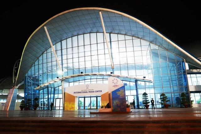 Trung tâm báo chí quốc tế ở Đà Nẵng được khai trương hồi cuối tháng 10 để phục vụ APEC 2017. Tòa nhà được hoán cải công năng từ Trung tâm Hội chợ triển lãm Đà Nẵng tại số 9 đường Cách Mạng Tháng Tám (phường Khuê Trung, quận Cẩm Lệ).