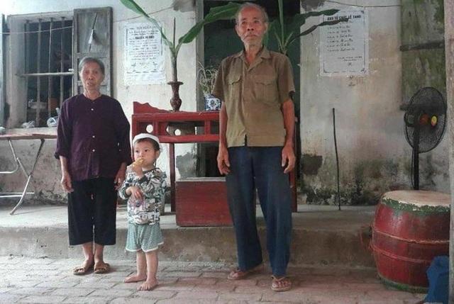 Hình ảnh bé Trọng cùng ông bà trong đám tang của mẹ em.