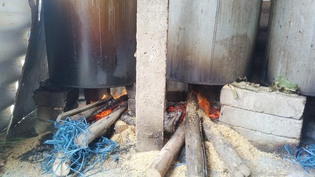 Những lò lửa ở đây đã đỏ lửa từ sớm để nấu bánh kịp cung ứng cho thị trường