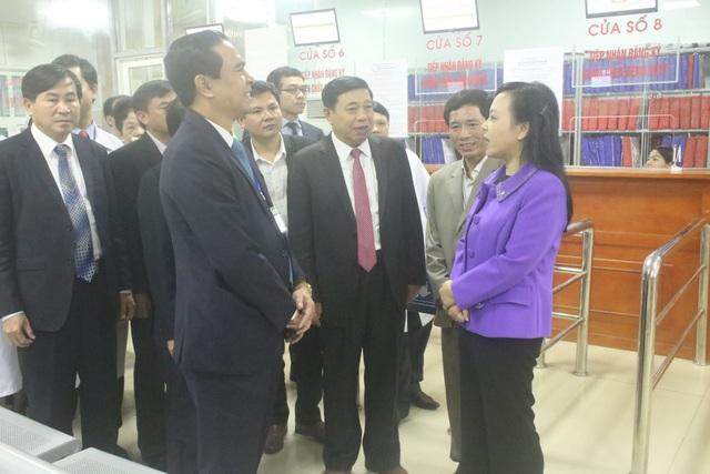 Bà Nguyễn Thị Kim Tiến - Bộ trưởng Bộ Y tế đến thăm BVĐK TP Vinh.