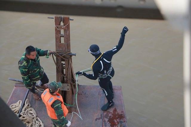 Toàn cảnh trục vớt quả bom dưới chân cầu Long Biên - 4