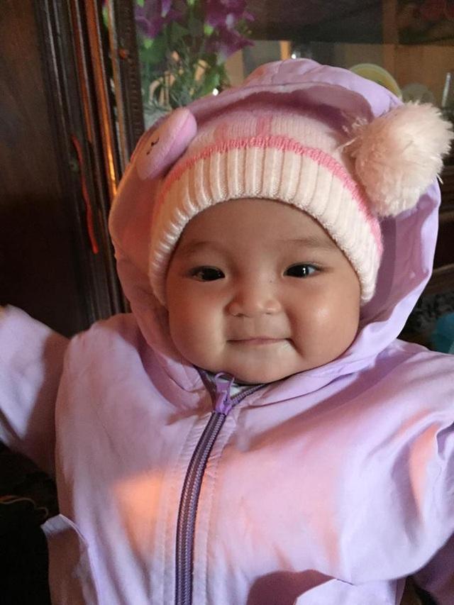Bé Quỳnh Anh được mọi người giúp đỡ nhiều sữa, bỉm.