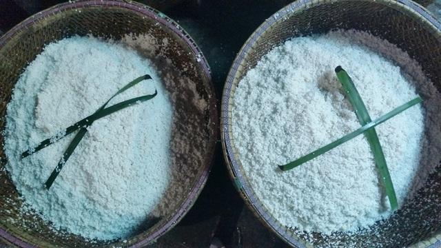 Nếp đã được đãi sạch để cho khô ráo rồi mới gói