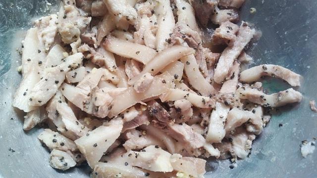 Thịt heo đã qua sơ chế luộc chín rồi thêm gia vị trước khi cho vào nhân bánh