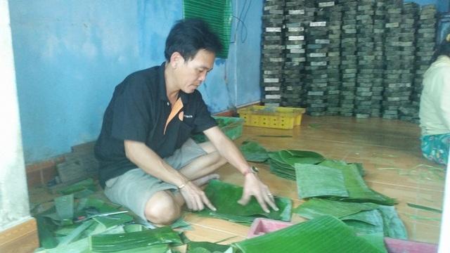 Làm lá cũng là một công đoạn rất quan trọng lá chuối được lau sạch sau đó được sắp xếp cẩn thận