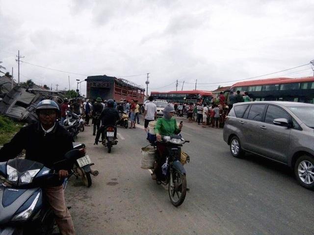 Hiện trường vụ tai nạn xảy ra tại huyện Vạn Ninh (Khánh Hòa) khiến 2 người nhập viện, trưa 29/11 (Ảnh: Người dân chụp)