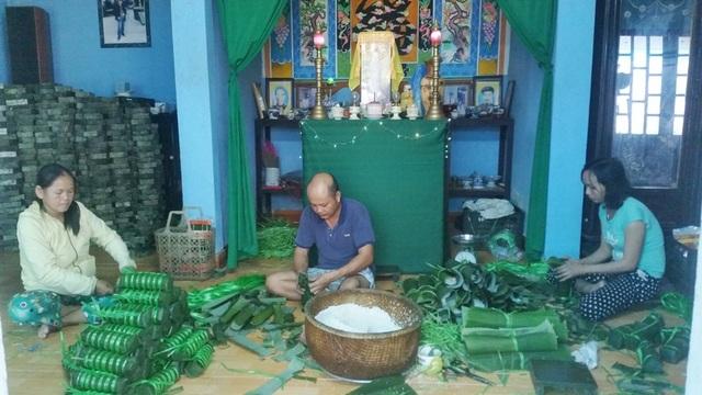 Không khí làm việc khẩn trương sôi nổi trong nhiều nhà đang làm nghề gói bánh phục vụ dịp Tết cổ truyền ở làng Chuồn