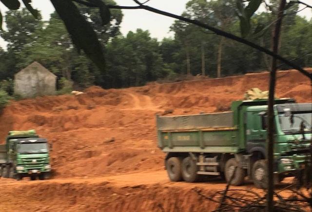 Đoàn xe chở đất từ khu vực khai thác ra ngoài đém bán.