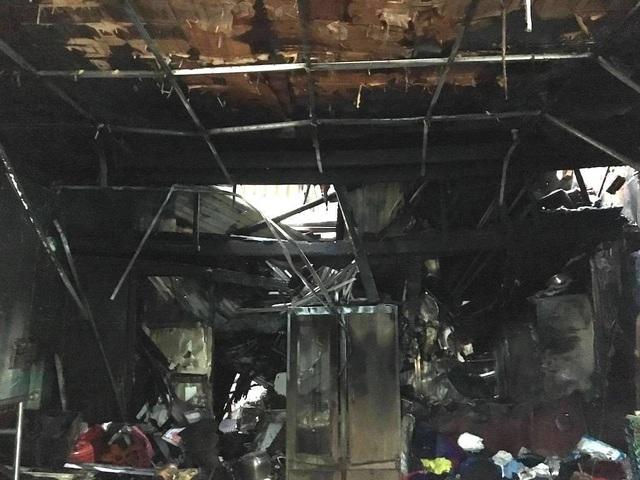 Vụ cháy nhà lúc sáng sớm qua 4/12 đã khiến 3 người chết, 2 người bị bỏng, trong đó có 1 người bỏng nặng.