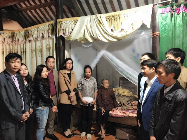 Đại diện nhóm Niềm tin trao 10 triệu đồng đến gia đình chị Quế.