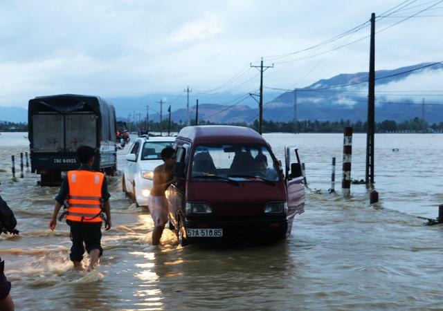Theo UBND xã Vĩnh Phương (TP Nha Trang) hiện xã này có 4 thôn với khoảng 1.000 hộ bị cô lập do nước lũ lên nhanh
