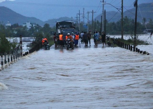 Mưa lớn kéo dài khiến nhiều tuyến đường ở các vùng ngoại ô TP Nha Trang (Khánh Hòa) bị chia cắt, ngập nặng, chiều 2/12