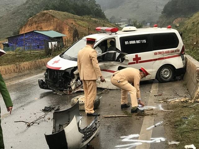 Chiếc xe cứu thương nát bét sau vụ tai nạn.