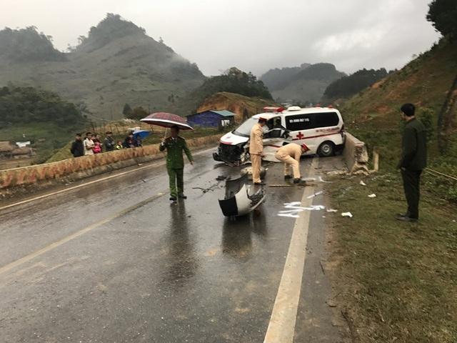 Xe cứu thương tự gây tai nạn, 3 người nhập viện - 3
