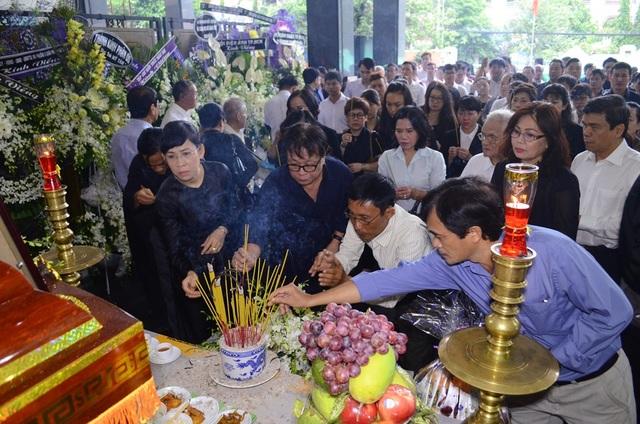Dù là những ngày cuối năm khá bận rộn nhưng rất nhiều người đã dành thời gian đến tiễn đưa PSG-nhạc sĩ Ca Lê Thuần về nơi an nghỉ.