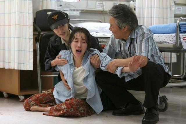 Sự đau đớn tột cùng của người mẹ khi chứng kiến bi kịch xảy đến với con gái