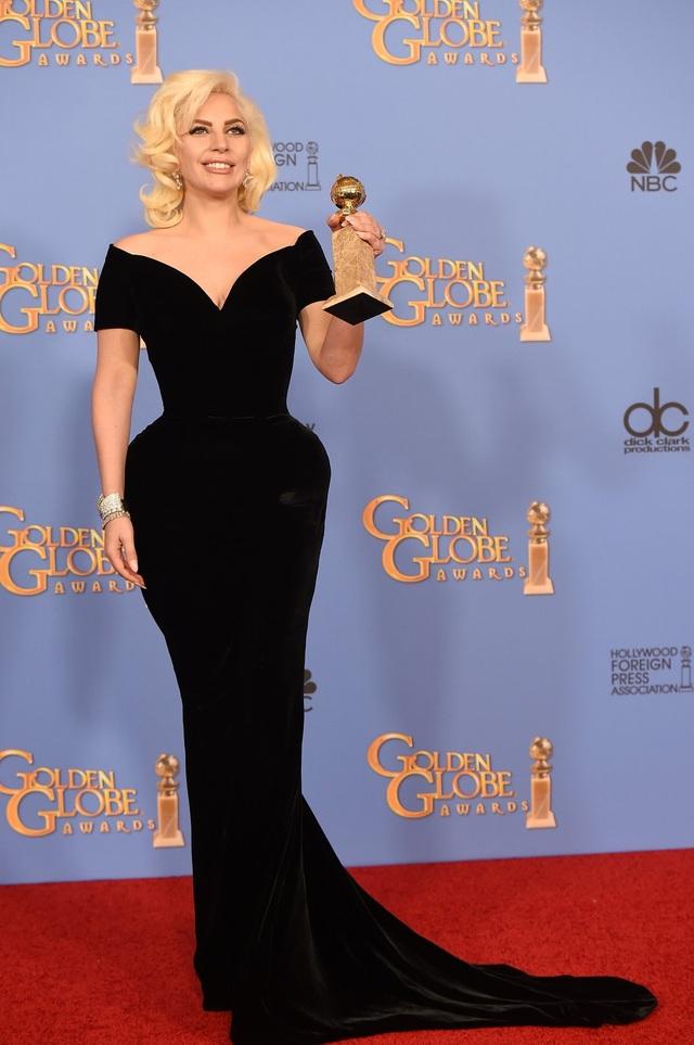 Tại lễ trao giải Quả Cầu Vàng 2016, Gaga gây choáng không phải bởi sự lập dị mà bởi lần đầu tiên cô nữ tính, dịu dàng đến thế.