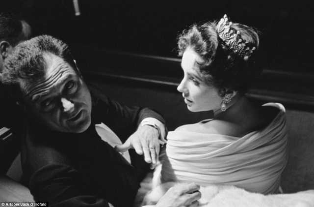 Minh tinh mắt tím Elizabeth Taylor ngồi bên cạnh nhà sản xuất phim Mike Todd - người chồng thứ 3 trong… 7 đời chồng của bà. Đây là thời điểm một năm trước khi ông qua đời trong một tai nạn máy bay.