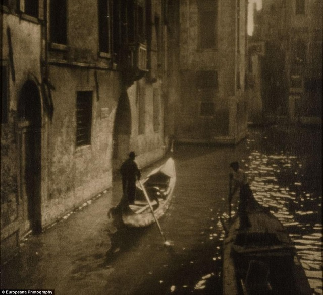 Bức ảnh chụp một con kênh ở Venice.