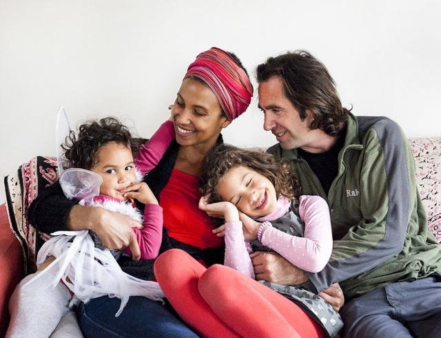 Một gia đình 4 thành viên với cha mẹ và con cái ở Nice, Pháp.