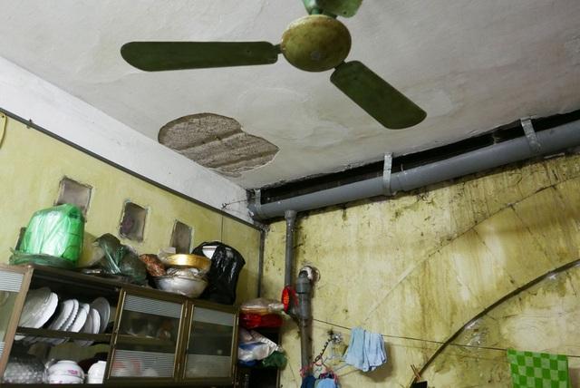 Nhà luôn trong tình trạng ẩm mốc, thậm chí phải bố trí máng nước trong nhà để hứng nước mưa từ trên mặt cầu đường sắt chảy xuống. Chị Hương cho biết, sống trong ngôi nhà tạm bợ đã nhiều năm nhưng không thể sửa vì liên quan đến hành lang an toàn đường sắt.