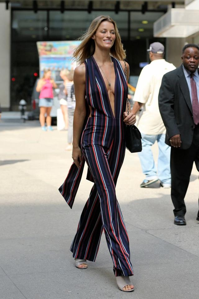 """Người mẫu Flavia Lucini chọn bộ jumpsuit kẻ sọc sặc sỡ, điều mà không nhiều người mẫu dám lựa chọn khi đi """"casting""""."""