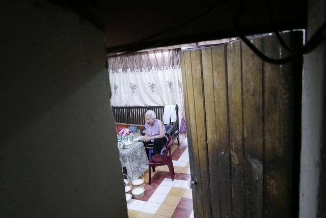 Căn phòng trên tầng 3 khu nhà nằm sâu trong con ngõ hẹp ở phố Hàng Lược là nơi duy nhất còn lại ở phố cổ Hà Nội làm thiên nga bông. Trong phòng, ngồi cặm cụi làm món đồ chơi thủ công truyền thống của người Hà Nội mỗi dịp Trung thu là bà Vũ Thị Thanh Tâm, nay đã 88 tuổi.