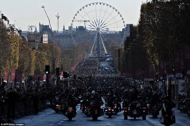 Khoảng 700 người lái xe mô-tô đã tham gia đoàn rước phục vụ lễ tang.