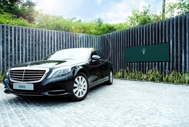 25 chiếc Mercedes-Benz S400 L mà MBV cung cấp sẽ có ngoại thất màu đen, kết hợp với nội thất da màu be và ốp gỗ cùng màu