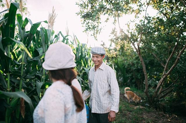 Nụ cười hạnh phúc, tình cảm mà đôi vợ chồng nông dân dành cho nhau khiến nhiều người ngưỡng mộ