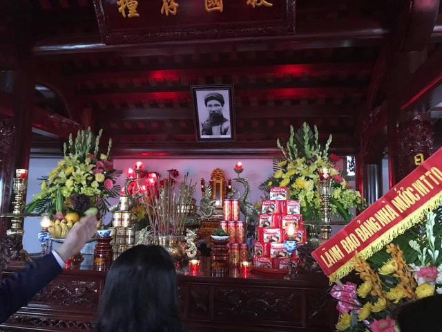 Thắp hương tưởng nhớ chí sĩ yêu nước Phan Bội Châu.